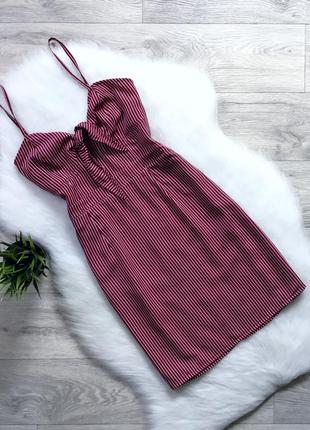 Платье цвета марсала в полоску с завязками в зоне декольте