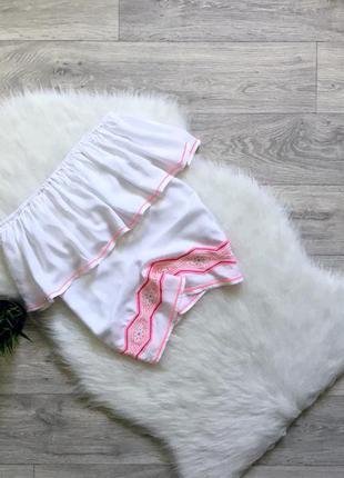 Блуза с открытыми плечами и вышивкой