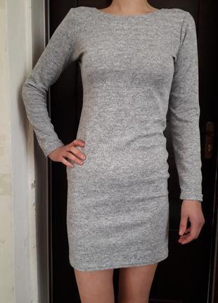 Платье с длинным рукавом.