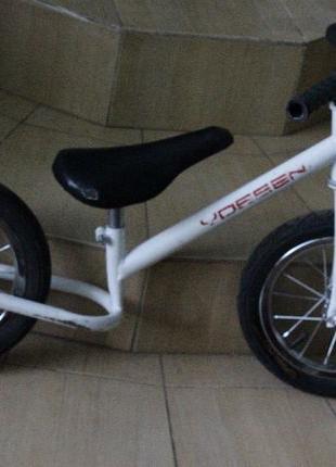 Детский фирменный беговел VOSSEN колеса надувные