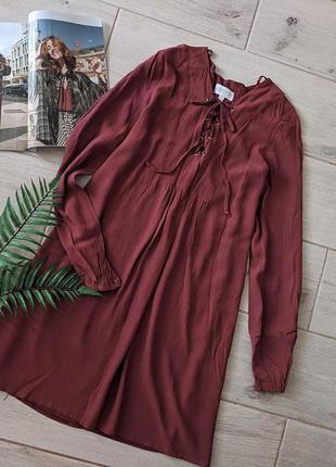 Стильное платье свободного кроя с переплетом шнуровкой впереди...