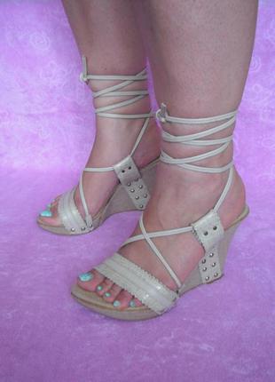 Босоножки на шнуровке