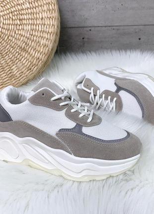 Бело-серые кроссовки на платформе