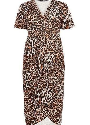 Красивое платье на запах с актуальным принтом большого размера...