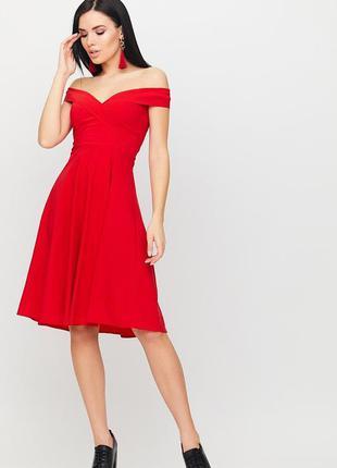 Красное платье с открытыми плечами вермут