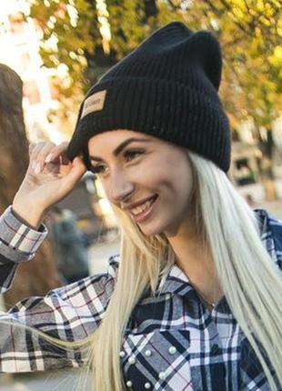 Модная молодежная женская вязаная шапка с отворотом и нитями л...