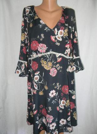 Красивое платье с цветочным принтом большого размера