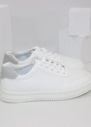 Женские белые кроссовки с перфорацией