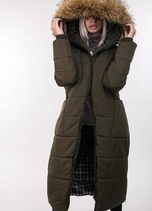 Длинная теплая стеганная куртка с мехом на синтепоне цвета