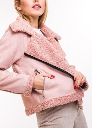 Укороченная замшевая куртка в стиле косухи