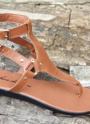 Кожаные открытые женские босоножки с ремешками