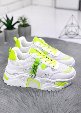 Белые кроссовки с неоновыми вставками на платформе