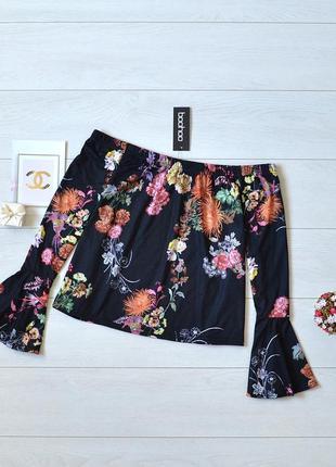 Красива блуза в квіти boohoo, відкриті плечі