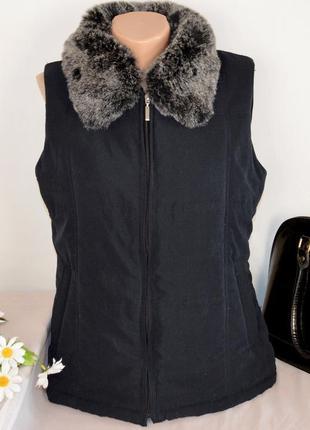 Утепленная жилетка с меховым воротником и карманами tayberry c...