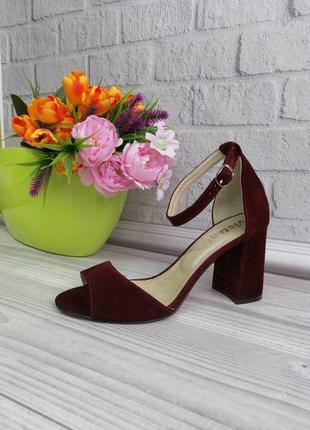 Натуральные замшевые открытые босоножки на устойчивом каблуке