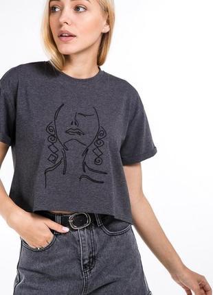 Укороченная футболка кроп-топ свободного кроя с принтом