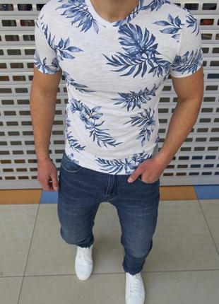 Белая футболка в листьях хлопок есть размеры