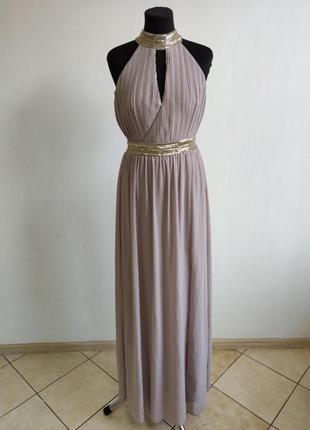 Красивое вечернее платье с открытим декольте и спиной декориро...