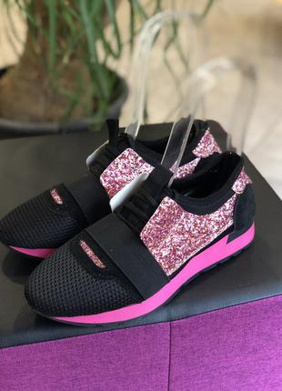 Женские черные кроссовки с розовыми блестками очень стильные