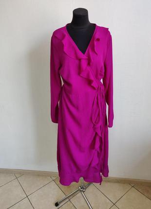 Вечернее платье цвета фуксии на запах с рюшами