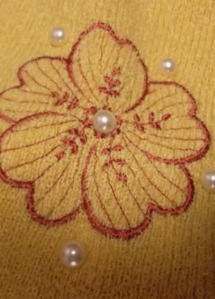 Теплый шарфик нежно-жёлтого цвета с вышивкой