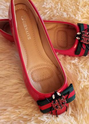 Красивые красные лаковые балетки