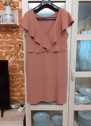 Необыкновенно красивого цвета с воланами платье большого размера