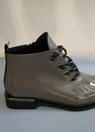 Женские кожаные ботинки.