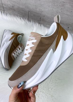 Стильные кроссовки на платформе цвета капучино