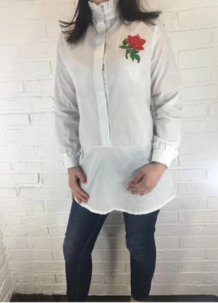 Белая удлиненная рубашка с розой