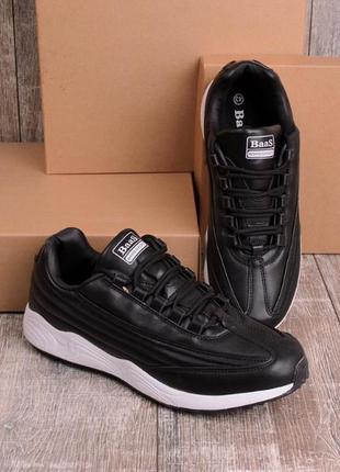 Черные кроссовки с белой подошвой