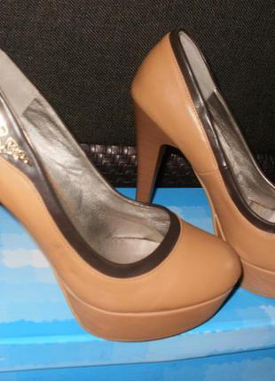 Новые женские туфли на каблуке