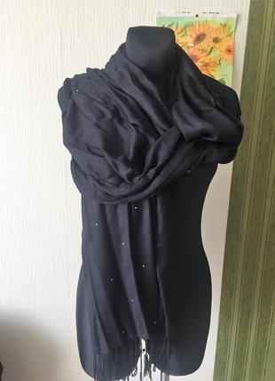 Чёрный шарф с камешками по краю