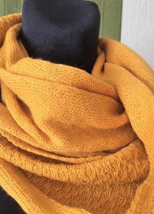 Яркий красивый с орнаментом шарф