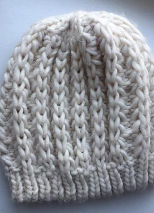 Бежевая шапка крупной вязкой