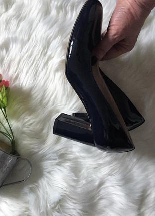 Фирменные лаковые туфли лодочка на высоком каблуке