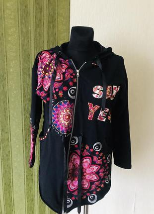Красивая расшитая куртка с удлиненной спинкой
