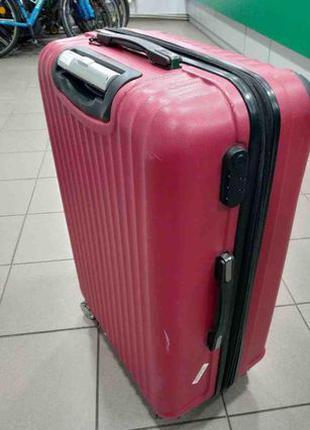 Пластиковый чемодан на колесах