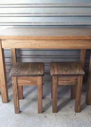 Кухонный стол и табуреты.