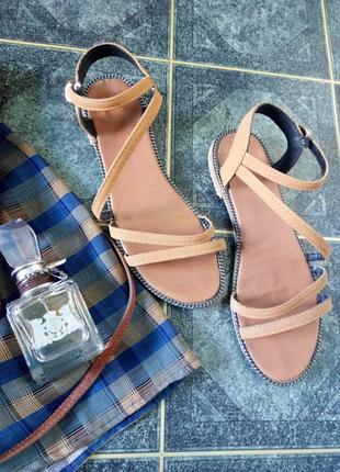 Босоножки на плоской подошве сандалии верблюжьего цвета кожа есть