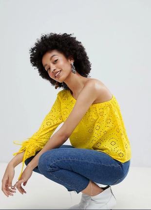 Блуза топ на одно плечо с вышивкой ришелье