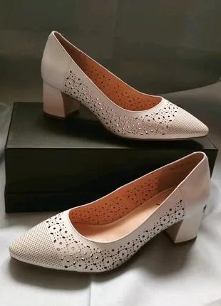 Туфли лодочки на среднем каблуке