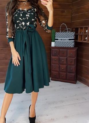 Элегантное приталенное платье миди с верхом из сетки с кружевом