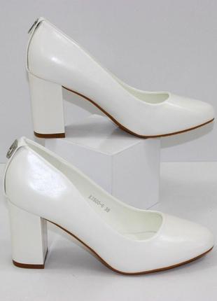 Красивые женские белые свадебные туфли на устойчивом каблуке
