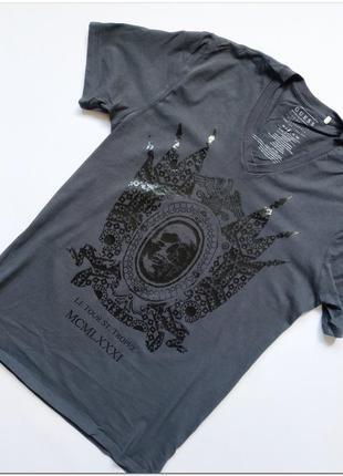 Мужская футболка guess с v-образным вырезом с принтом размер м