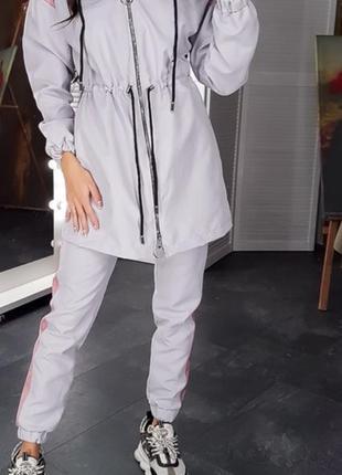 Костюм: ветровка с капюшоном и брюки карго