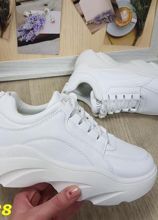 Кроссовки белые на высокой подошве