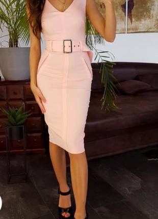 Розовое платье-футляр с v-образным вырезом и поясом