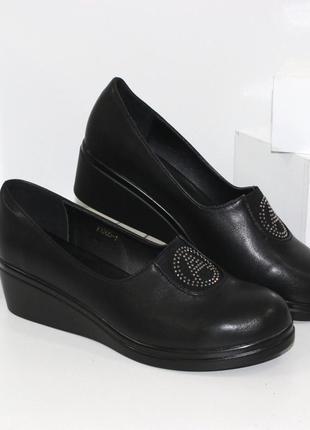 Удобные женские черные туфли на танкетке