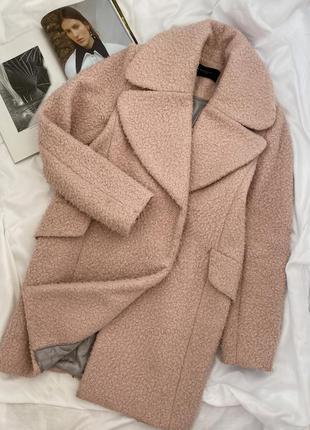 Пудровое демисезонное пальто под овчину эко-шуба от reserved